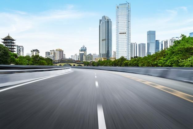 La superstrada e lo skyline della città moderna si trovano a chengdu, in cina.