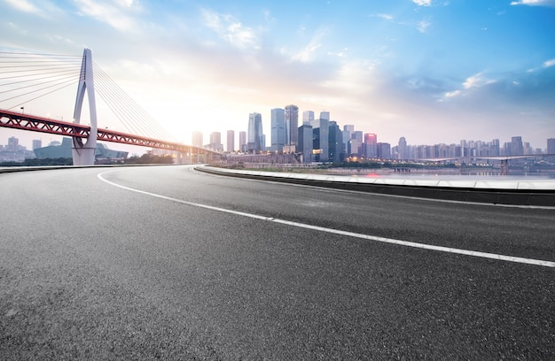 La superstrada e lo skyline della città moderna si trovano a chongqing, in cina.