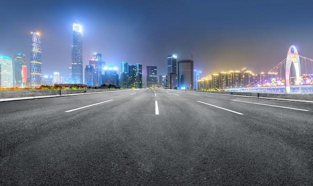 La superstrada e lo skyline della città moderna si trovano a guangzhou, in cina.