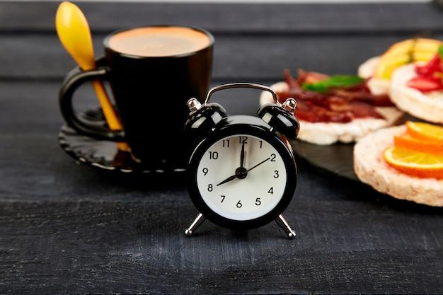 La sveglia ha una buona giornata con una tazza di caffè.