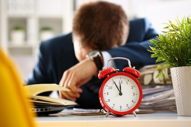 La sveglia rossa mostra il primo piano di ritardo