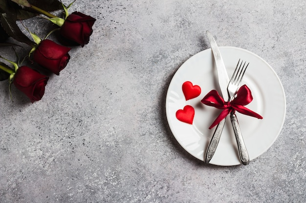 La tavola del giorno di san valentino che regola la cena romantica mi sposi fidanzamento di nozze