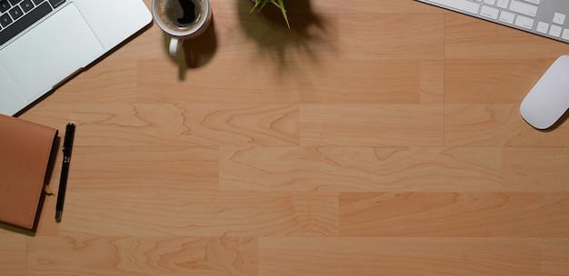 La tavola di legno della scrivania degli oggetti business del posto di lavoro e dell'ufficio di affari e copia lo spazio