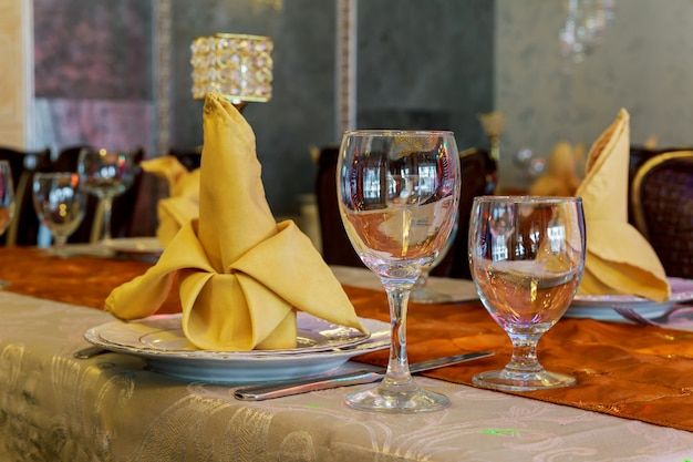 La tavola di nozze è apparecchiata per un raffinato evento