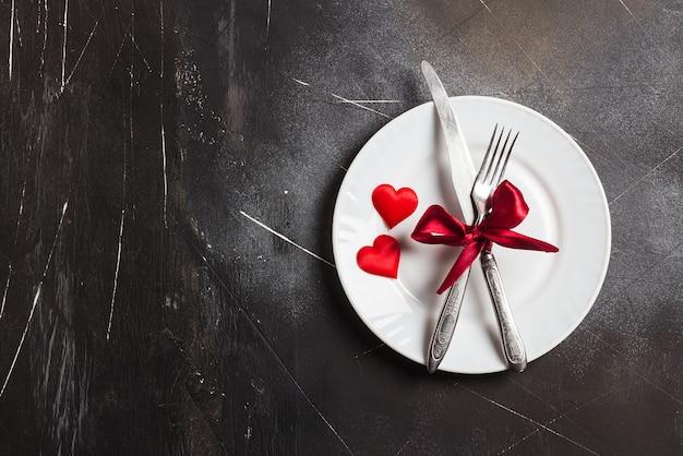 La tavola romantica del giorno di san valentino che mette la cena romantica mi sposa le nozze con il piatto