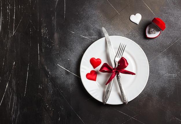 La tavola romantica del giorno di san valentino che regola la cena romantica mi sposa l'anello di fidanzamento di nozze