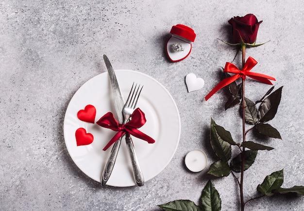 La tavola romantica del giorno di san valentino che regola la cena romantica mi sposa la scatola dell'anello di fidanzamento di nozze