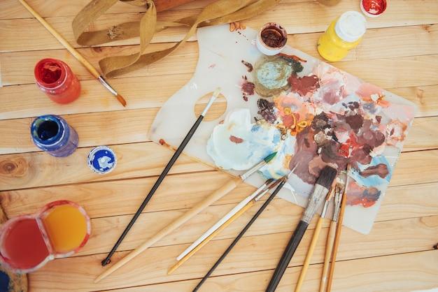 La tavolozza dell'artista. colori ad olio colorati su un pallete su un tavolo.