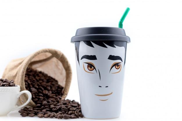 La tazza da caffè in ceramica è un disegno maschile posto con chicchi di caffè.