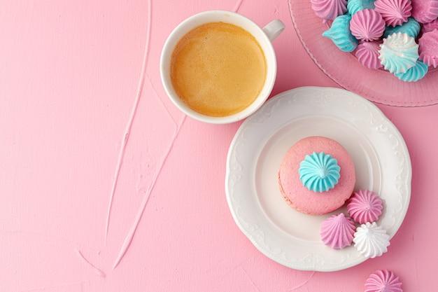 La tazza di caffè con i biscotti variopinti si chiude su