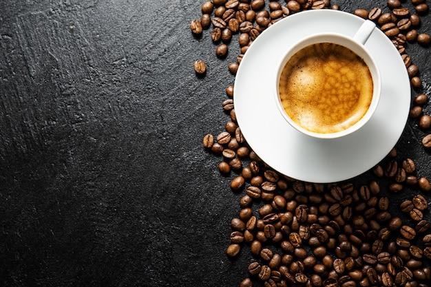 La tazza di caffè fatto fresco è servito in tazza