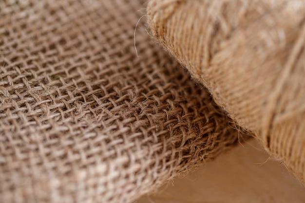 La tela e il groviglio di filo su un tavolo di legno