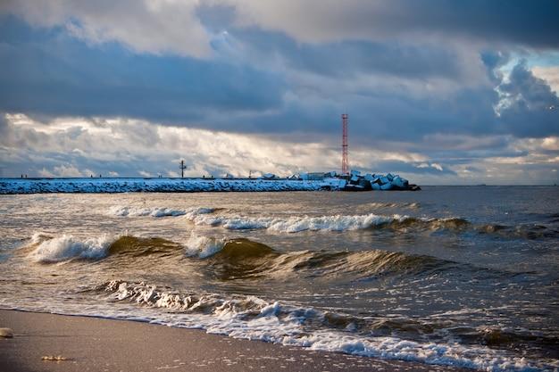 La tempesta sul mar baltico in autunno