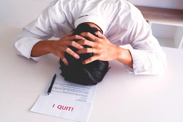 La tenuta dell'uomo d'affari con ho smesso la lettera della carta di parole, dimette il cambiamento del concetto di lavoro degli impiegati.