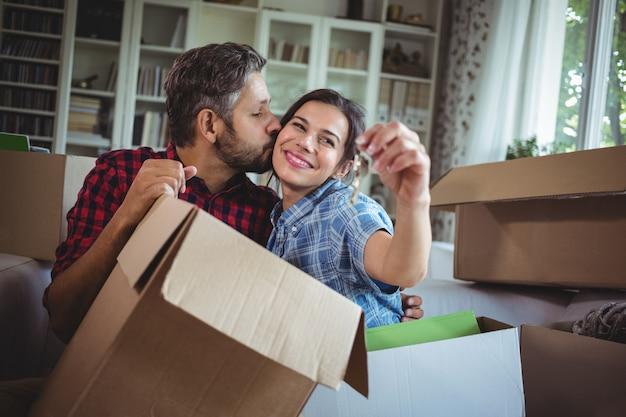La tenuta sorridente delle coppie digita la loro nuova casa