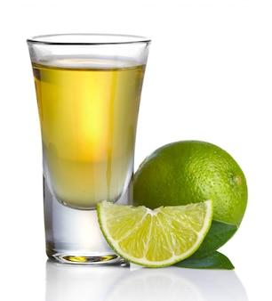 La tequila dell'oro ha sparato con calce isolata su bianco