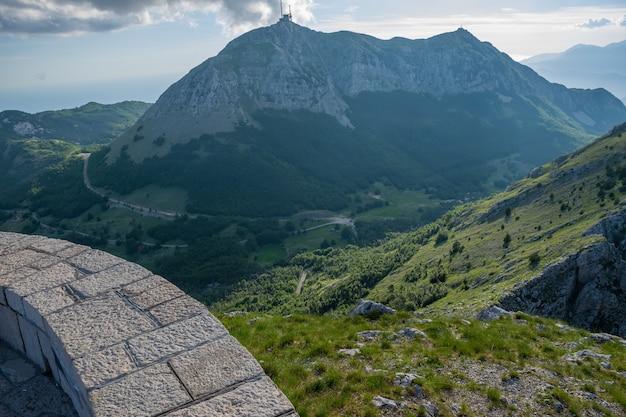 La torre della comunicazione mobile si trova su un'alta montagna.