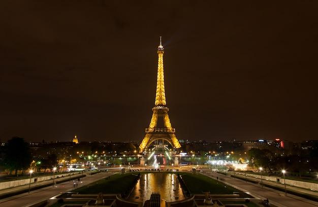 La torre eiffel di notte
