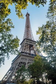 La torre eiffel, inizialmente chiamata la torre di 300 metri, è una struttura di ferro sbozzata. si trova a parigi, sulle rive della senna. simbolo della francia e della sua capitale.