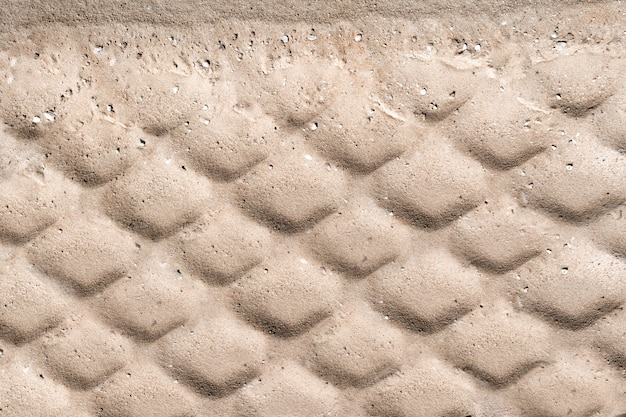 La trama del battistrada sullo sfondo della sabbia.