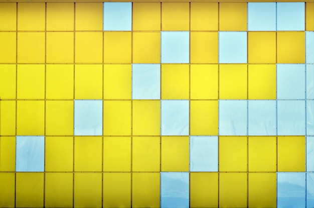 La trama del muro di metallo, incorniciato in forma di quadrati colorati di due colori.