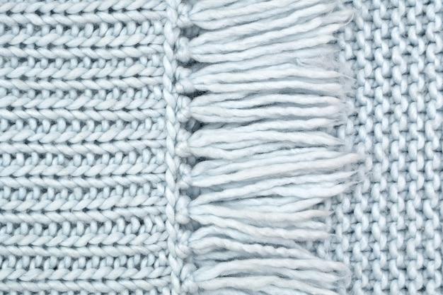La trama del tessuto a maglia di lana dal davanti e passanti con frange.