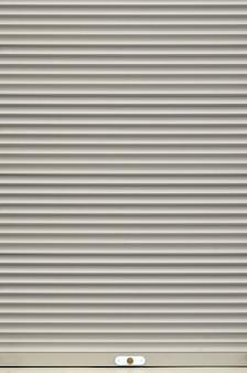La trama della porta dell'otturatore o della finestra in colore grigio chiaro
