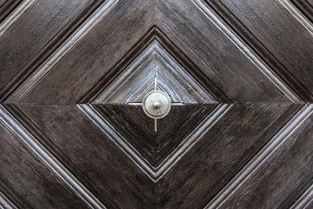 La trama della superficie in legno della porta d'ingresso è marrone.