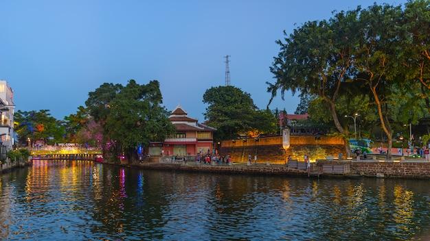 La vecchia città di melaka di notte. fiume malacca illuminato al crepuscolo. patrimonio mondiale dell'unesco, malesia