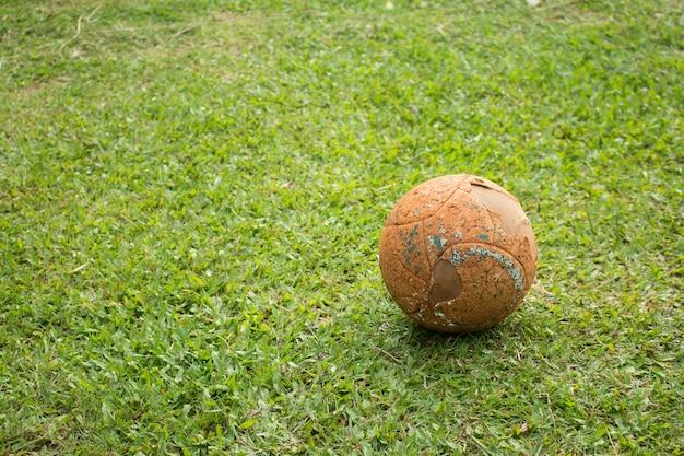 La vecchia palla di calcio sul campo di calcio.