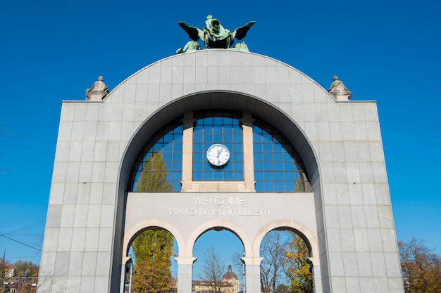 La vecchia porta della stazione ferroviaria di lucerna si trova di fronte a quella nuova per rimanere la vecchia architettura della stazione