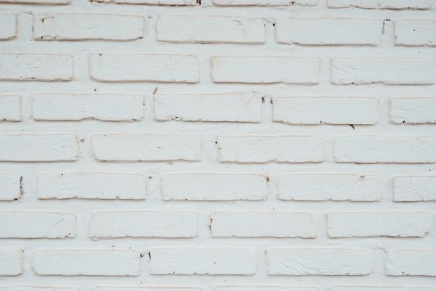 La vecchia struttura di mattoni con crepe può essere utilizzata come sfondo