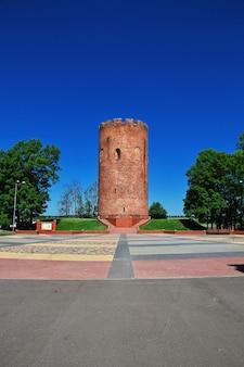 La vecchia torre nel villaggio di kamenyuki, bielorussia