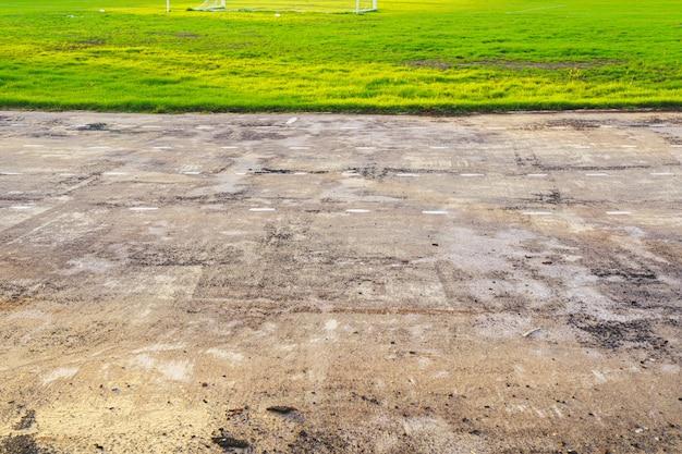 La vecchia via e la bella pista degli alberi per correre o camminare e ciclare si rilassano nel parco su erba verde.