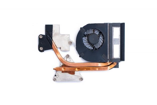 La ventola di raffreddamento con processore del computer del dissipatore di calore, close-up, sfondo bianco.