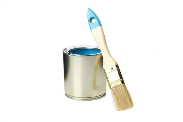 La vernice può e pennello isolato su superficie bianca