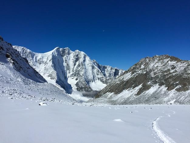 La vetta della cima della montagna di altai