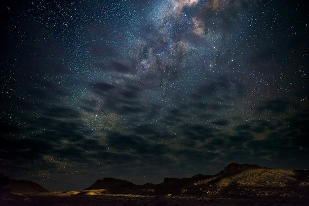 La via lattea stars nel cielo, il deserto del namib in namibia, africa. alcune nuvole panoramiche.