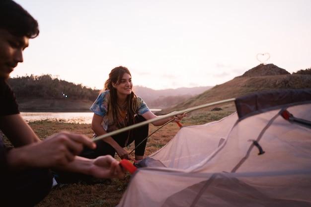 La viandante della donna prepara fa una tenda