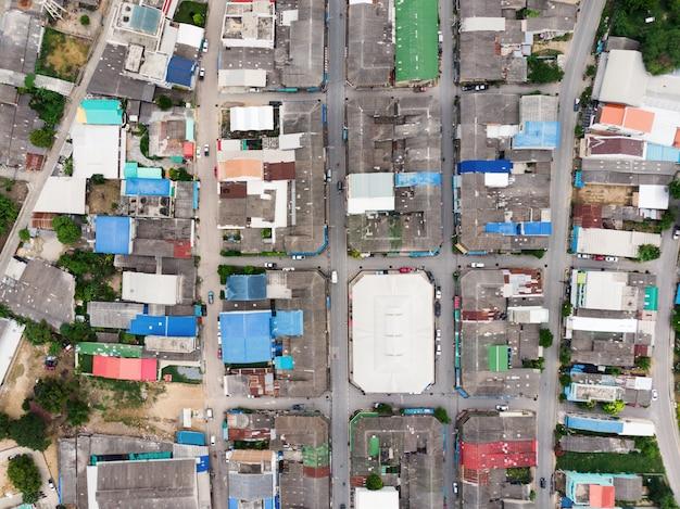 La vista aerea del tetto residenziale con la strada di traffico si è ammucchiata a rurale