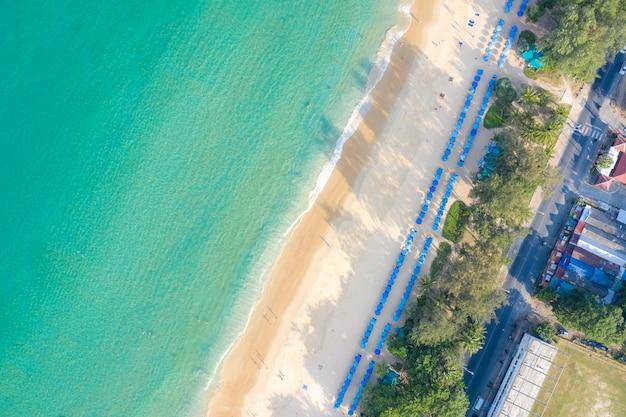 La vista aerea della gente che nuota sulla nuotata rosa suona nel mare trasparente del turchese a phuket, tailandia.