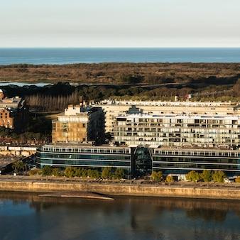 La vista aerea delle costruzioni si avvicina all'acqua