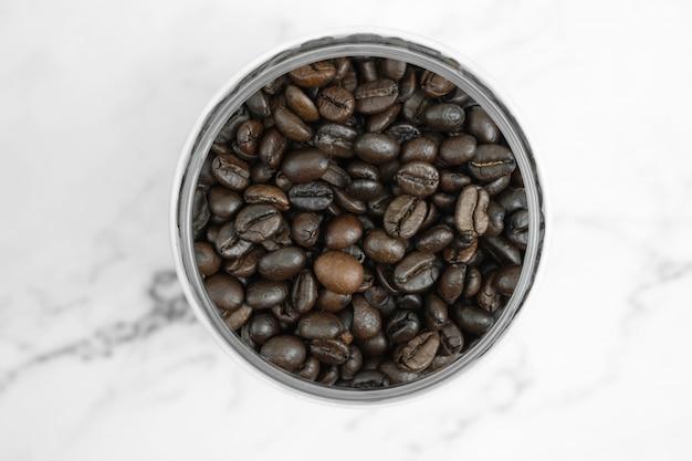 La vista dall'alto dei chicchi di caffè nel bicchiere, close up.