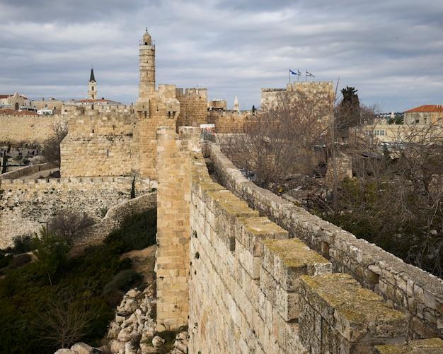 La vista dei bastioni cammina con la torre di david nei precedenti, gerusalemme, israele
