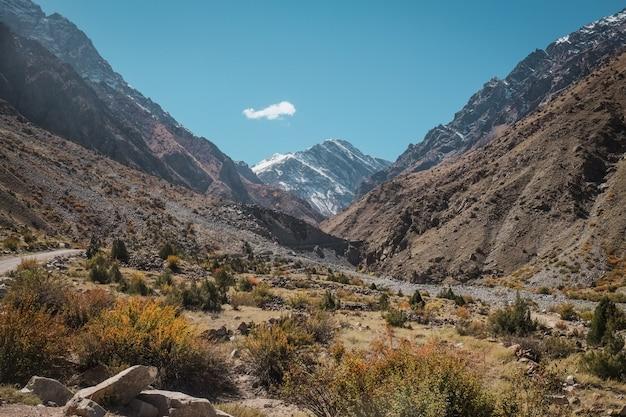 La vista del paesaggio della natura di area selvaggia con le montagne nella gamma di karakoram, pakistan.