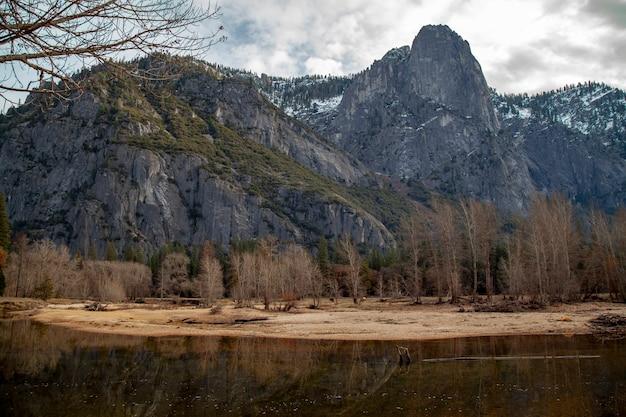 La vista del paesaggio dentro riflette l'acqua al parco nazionale di yosemite nell'inverno
