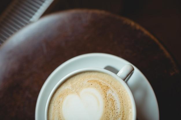 La vista dell'angolo alto di caffè fresco è servito sulla tavola al self-service