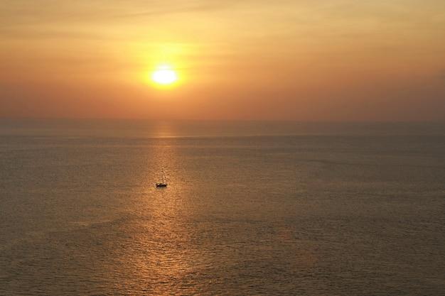 La vista dell'onda della spiaggia e della spiaggia di sabbia ondeggia nella sera, isola di koh chang