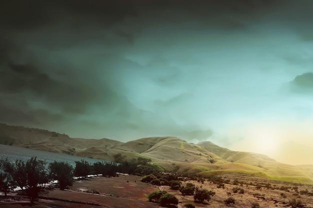 La vista di savana, cielo e spiaggia nell'isola di sumba