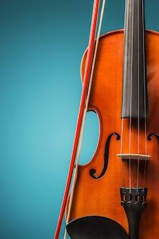 La vista frontale del violino sul blu